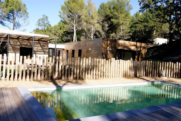 Piscine traditionnelle avec contour et cl ture en bois for Cloture bois piscine