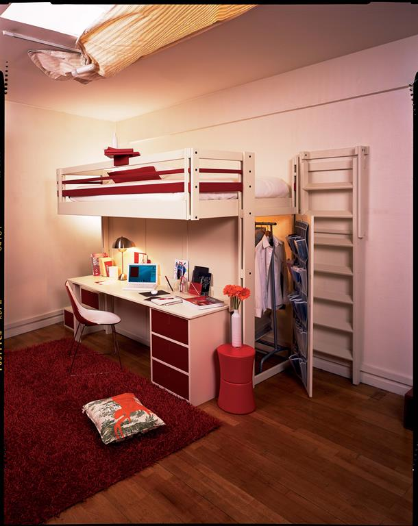 Mezzanine Attic avec son lit qui intègre un dressing et un espace