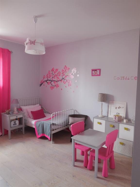 chambre de fille aux murs gris et fushia scenesdinterieur. Black Bedroom Furniture Sets. Home Design Ideas