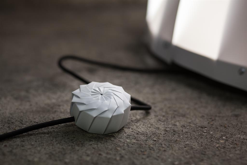 Gros plan sur l'interrupteur origami du Lampadaire ASTRO XL