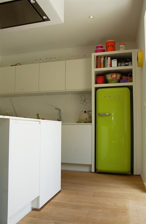 r frig rateur vert pomme dans un environnement blanc. Black Bedroom Furniture Sets. Home Design Ideas
