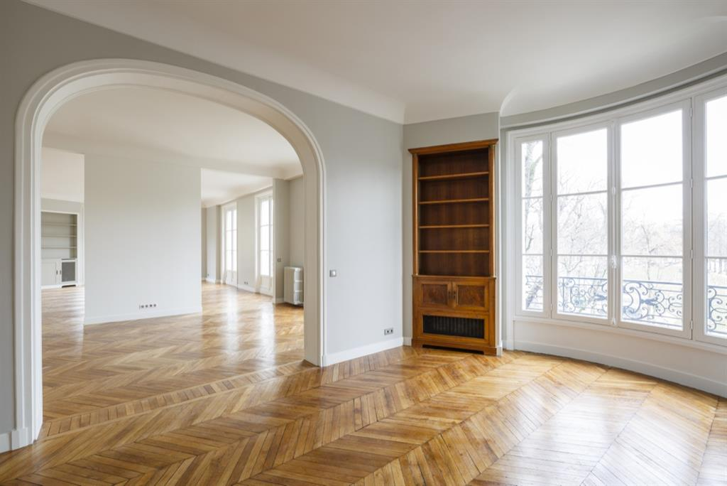 r novation d 39 un appartement haut de gamme paris avec parquet chevrons. Black Bedroom Furniture Sets. Home Design Ideas