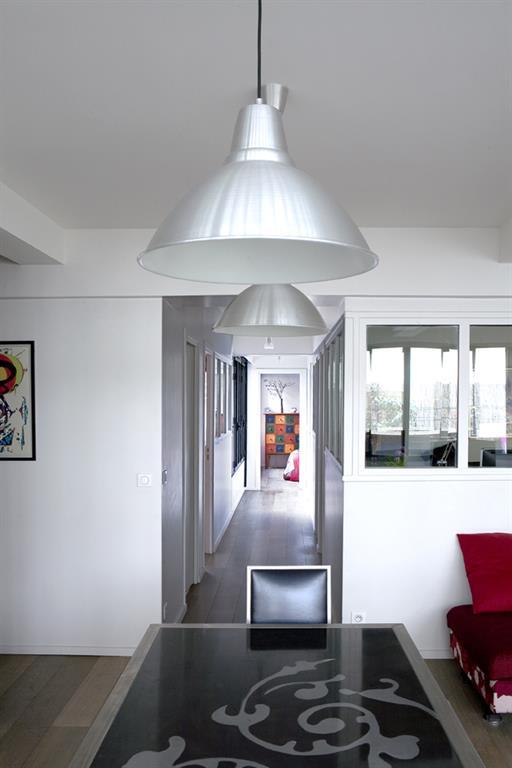 couloir moderne avec verri re les murs ont des oreilles. Black Bedroom Furniture Sets. Home Design Ideas