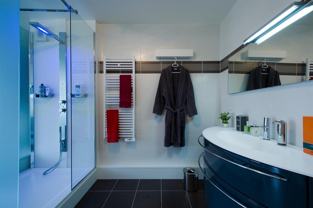 Salle de bain moderne avec douche à l\'italienne SK concept Paris