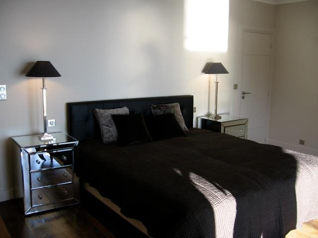 Chambre avec parure de lit noire