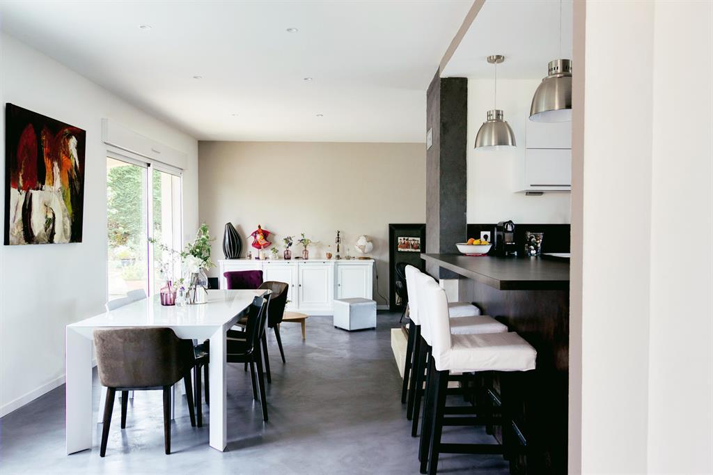 Pi ce vivre avec cuisine ouverte et grande table blanche - Deco piece a vivre avec cuisine ouverte ...