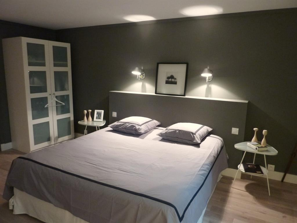 la t te de lit ma onn e et les lampes de chevet murales apportent. Black Bedroom Furniture Sets. Home Design Ideas