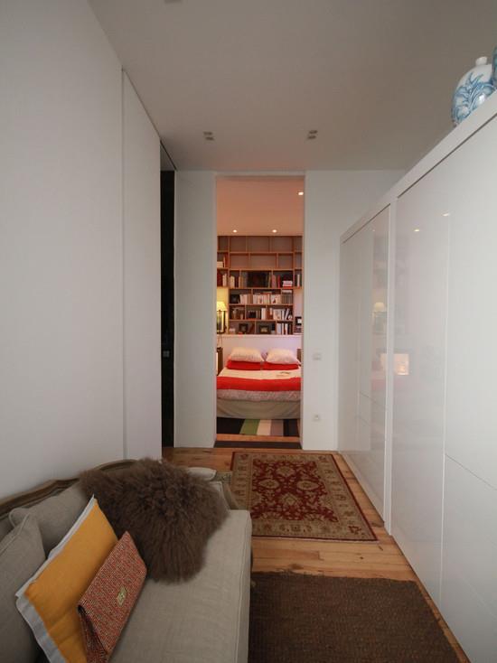 Couloir avec canapé menant à la chambre