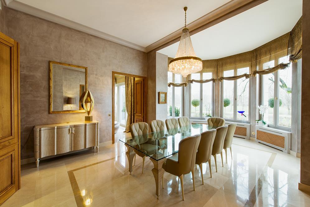 Salle manger de style classique et luxueux aux tons dor s for Salle a manger classique moderne