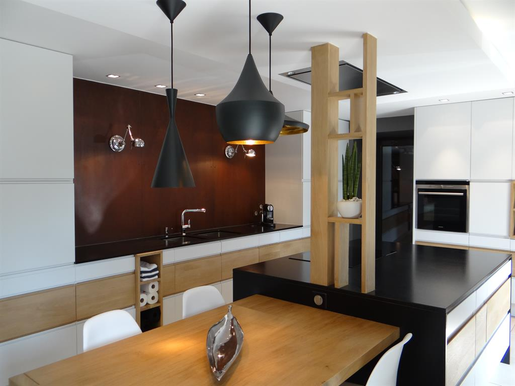 Un exemple de cuisine contemporaine avec cr dence for Cuisine industrielle design