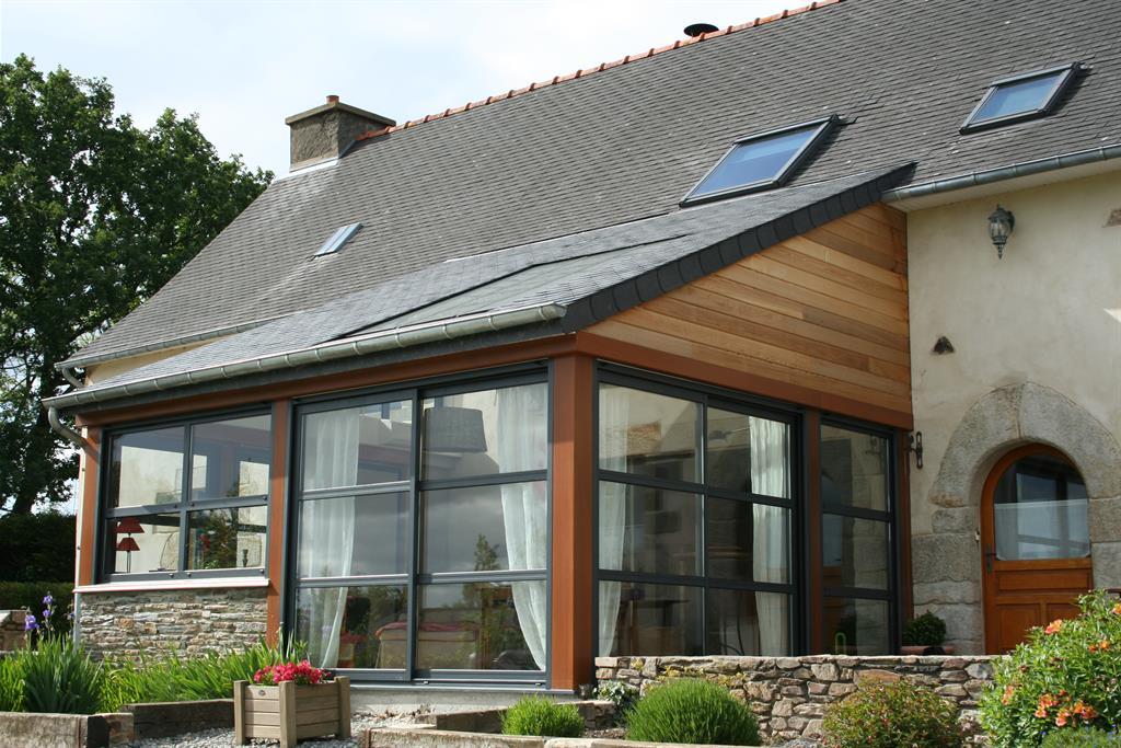 Véranda contemporaine avec une toiture en ardoise