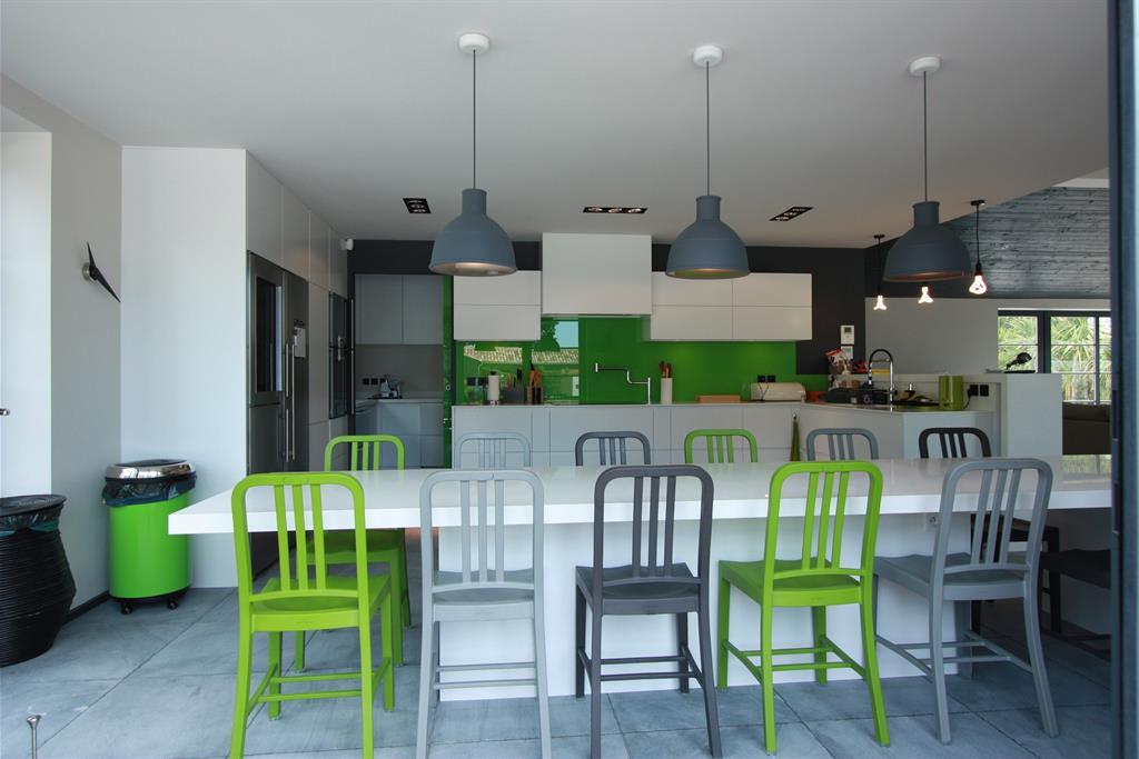 image grande cuisine blanche et verte delphinteriorsco