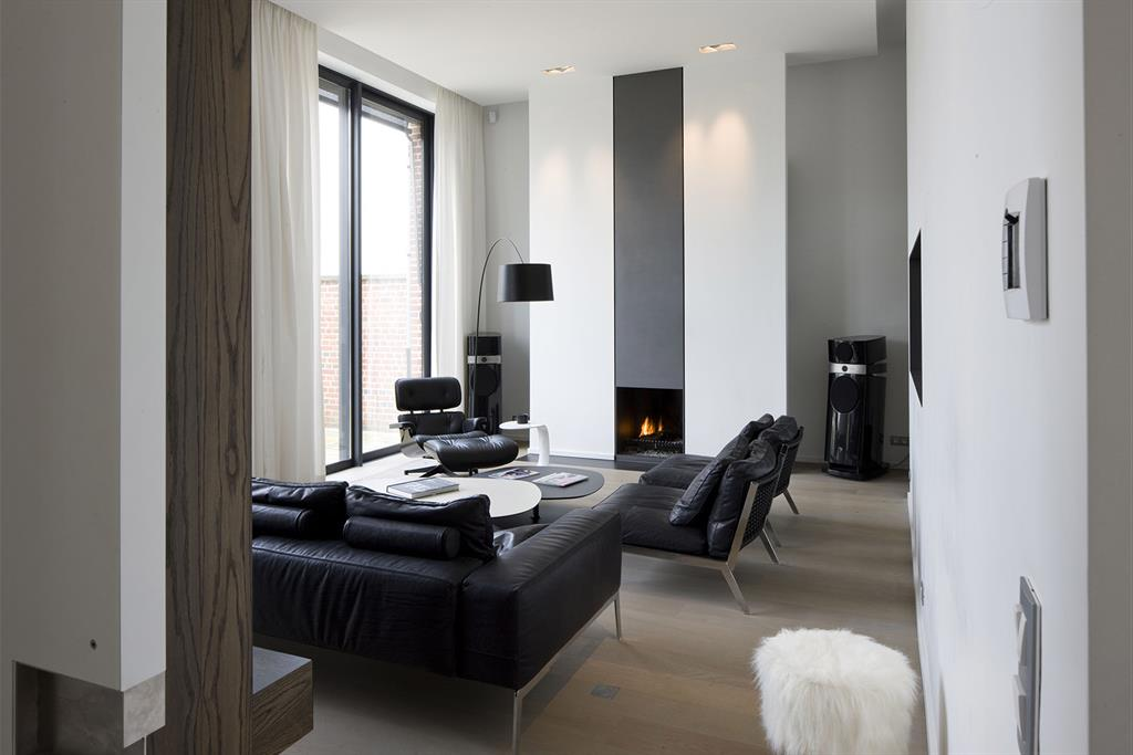 salon et chemin e contemporaine dans les tons gris anthracite et blanc. Black Bedroom Furniture Sets. Home Design Ideas