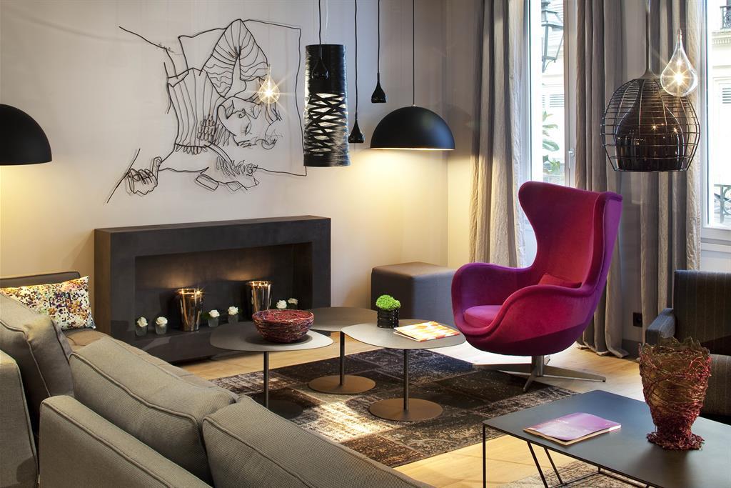 Salon gris avec cheminée et décor contemporain Grey Hotel ...