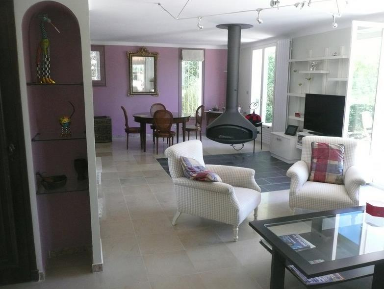 Salon avec chemin e centrale en m tal noir mat berard for Salon avec cheminee