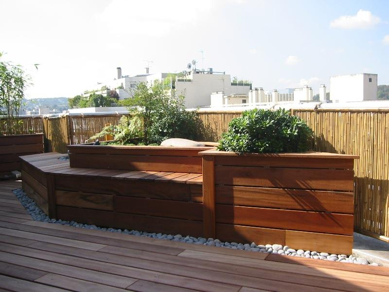 terrasse en ville paysag e avec plancher de bois et. Black Bedroom Furniture Sets. Home Design Ideas