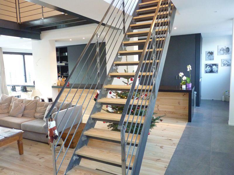 Escalier droit moderne avec marches en bois et garde corps for Escalier ouvert salon