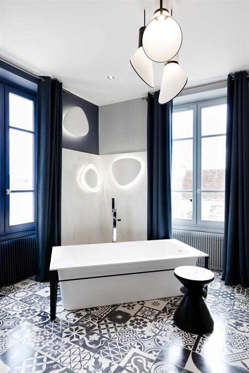 Salle de bain moderne et chic en noir et blanc laurence faure - Salle de bain moderne noir et blanc ...