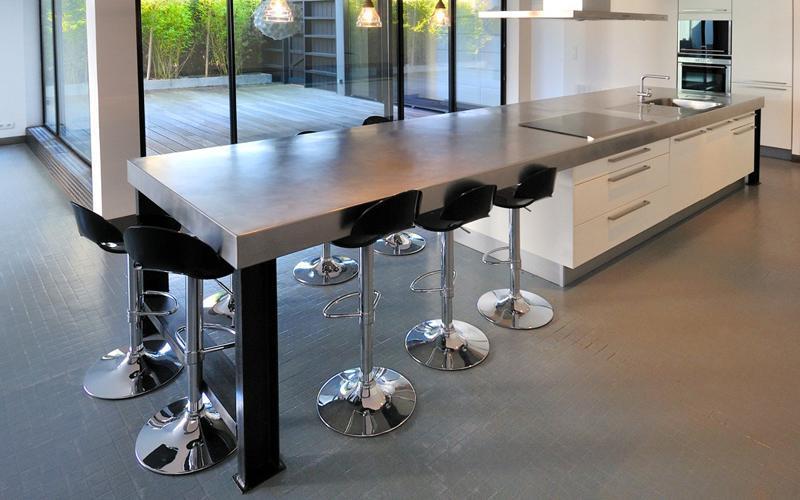 Grand ilot avec espace repas pour 6 ou 7 personnes for Ilot de cuisine avec table pour 4 personnes