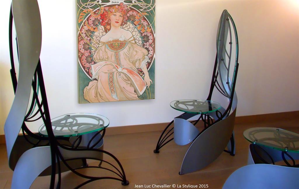 Image Cette chaise design en verre et métal de style Art Nouveau lastylique