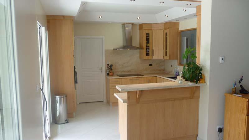 Le retour bar permet d 39 ouvrir cette petite cuisine en bois for Photo petite cuisine