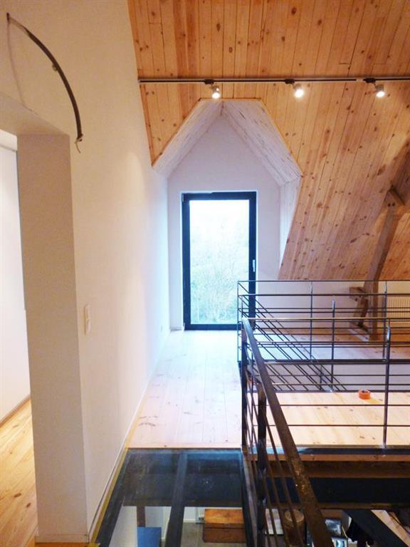 Sous pente avec lambris en pin am nag e d 39 une mezzanine dont une partie for Mezzanine chambre sous pente