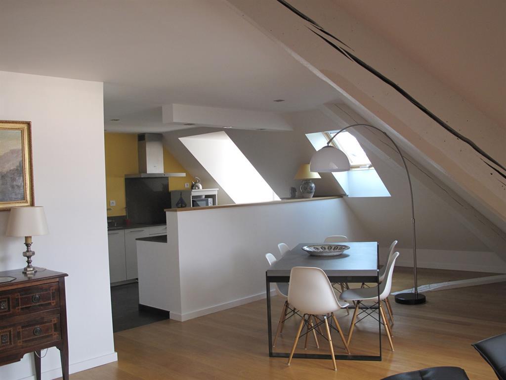 Cuisine ouverte sur le salon salle manger sous les toits - Cuisine moderne ouverte sur salon ...