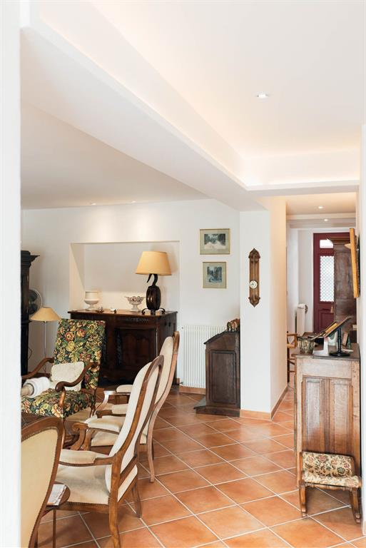 Salon avec meubles anciens et carrelage traditionnel
