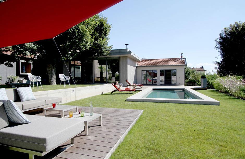 Jardin spacieux avec terrasse et piscine