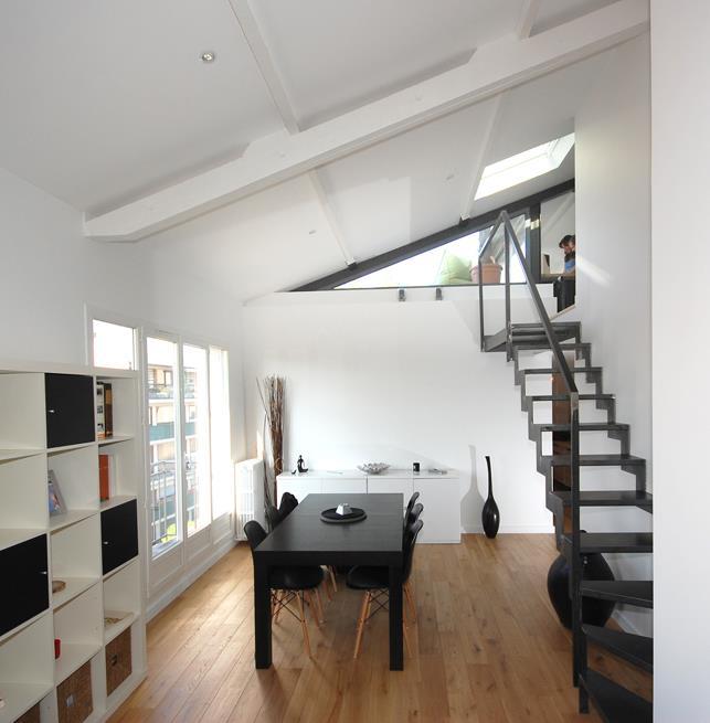 espace s jour avec mont e d 39 escalier ouverte studio darchi. Black Bedroom Furniture Sets. Home Design Ideas