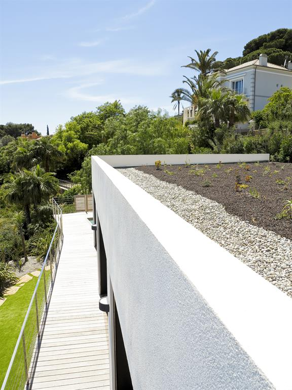 Construction d 39 une maison contemporaine en bord de mer avec acc s direct - Toiture terrasse vegetalisee ...