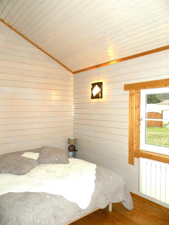 Chambre aux revêtements bois