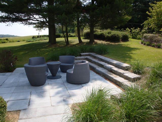 Terrasse avec meubles design au milieu du jardin paul for Jardin avec terrasse