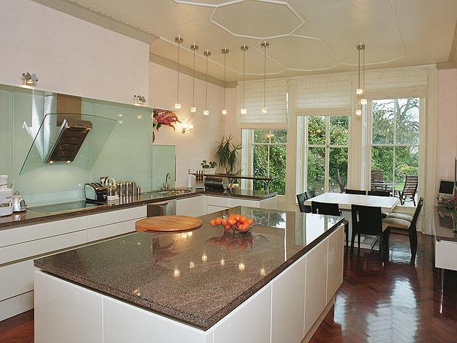 cuisine blanche id es d co pour r chauffer l 39 ambiance. Black Bedroom Furniture Sets. Home Design Ideas