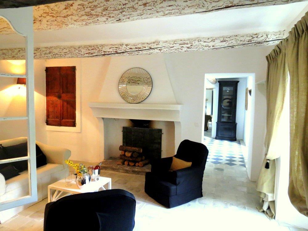 Salon avec cheminée ancienne et sol ancien Bérengère Leroy