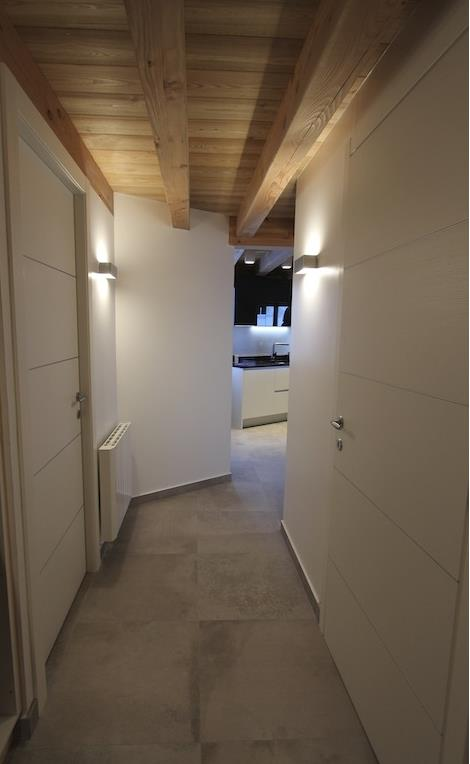 Couloir Avec Plafond En Bois Et Poutres Apparentes