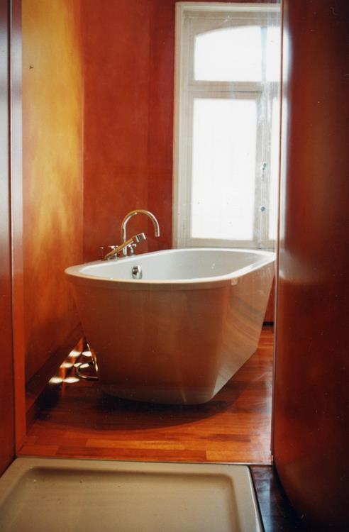 Salle de bain ocre avec baignoire ilot