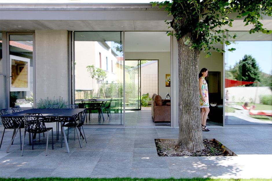 Terrasse en dalles grises avec table d 39 ext rieur en m tal for Table exterieur terrasse