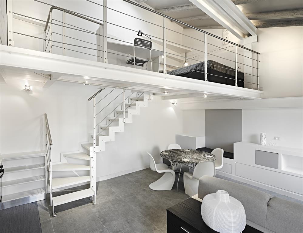 Image Pièce à vivre avec escalier menant à une mezzanine