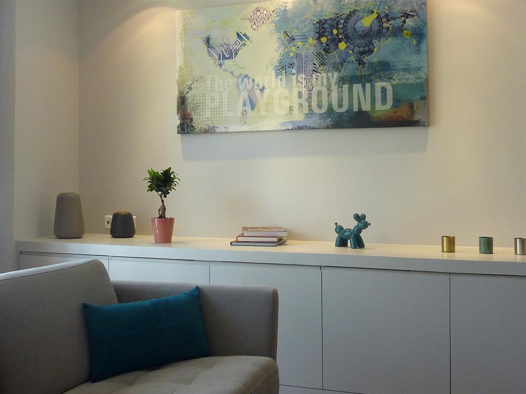 salon de style scandinave avec rangements blancs sur mesure. Black Bedroom Furniture Sets. Home Design Ideas