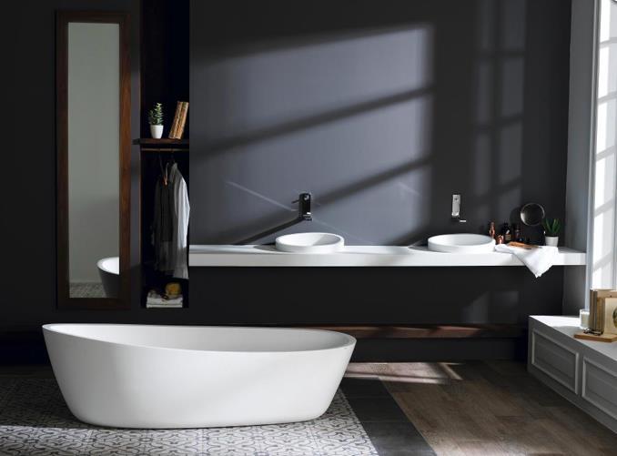 Ambiance feutrée en noir et blanc avec baignoire et lavabos aux lignes