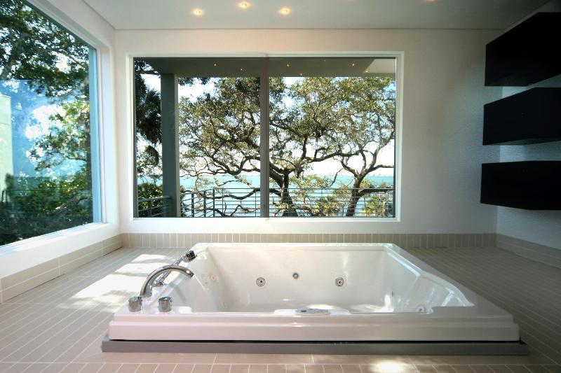 Salle de bain avec baignoire jacuzzi encastr agence xo - Salle de bain moderne avec baignoire ...