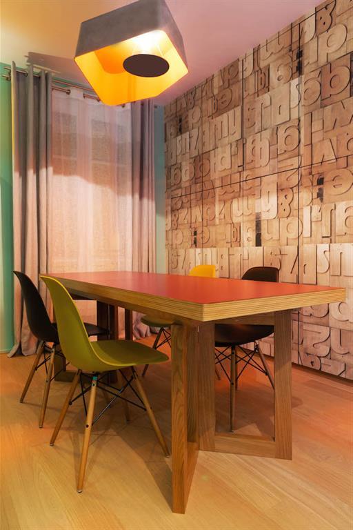 Salle à manger vintage avec un papier peint en relief effet lettres