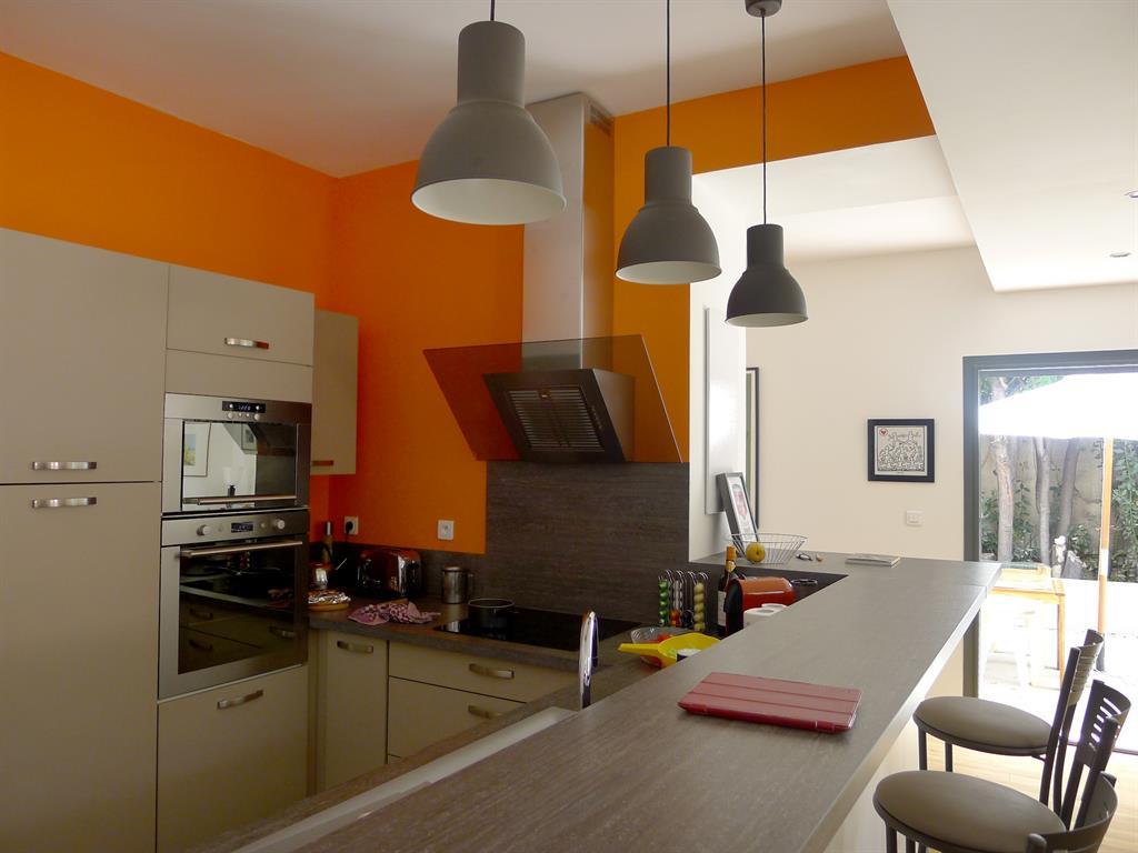 Image Vue de puis l'espace cuisine ouvert sur la pièce de vie T3 architecture