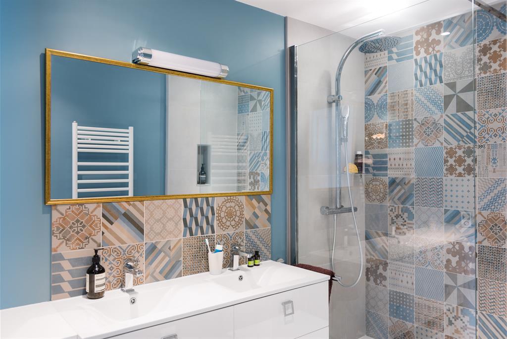12 salles de bains pour choisir son carrelage et sa fa ence for Fayence salle de bain
