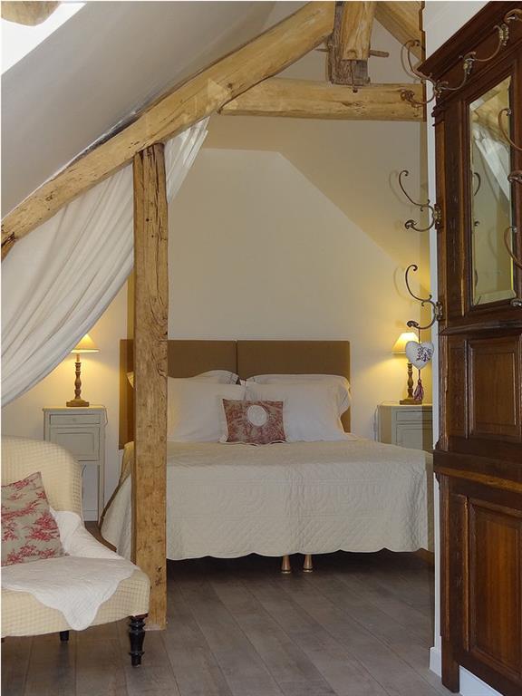 La chambre lin avec poutres apparentes et des tonalit s for Chambre avec poutres apparentes