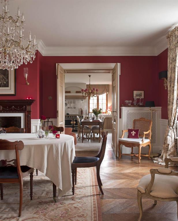 Salle à manger avec murs de couleur bordeaux Lefèvre Interiors ...