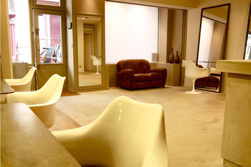 Salon de coiffure avec canapé en cuir vintage PM LYON AGENCEMENT