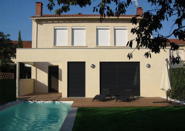 Villa à deux étages avec piscine et jardin