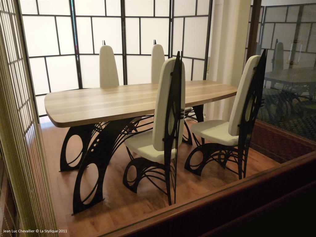 Cette chaise et table design en cuir et métal sont dessinées